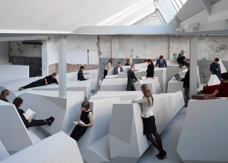 Le bureau conceptuel permute des chaises et des bureaux pour le
