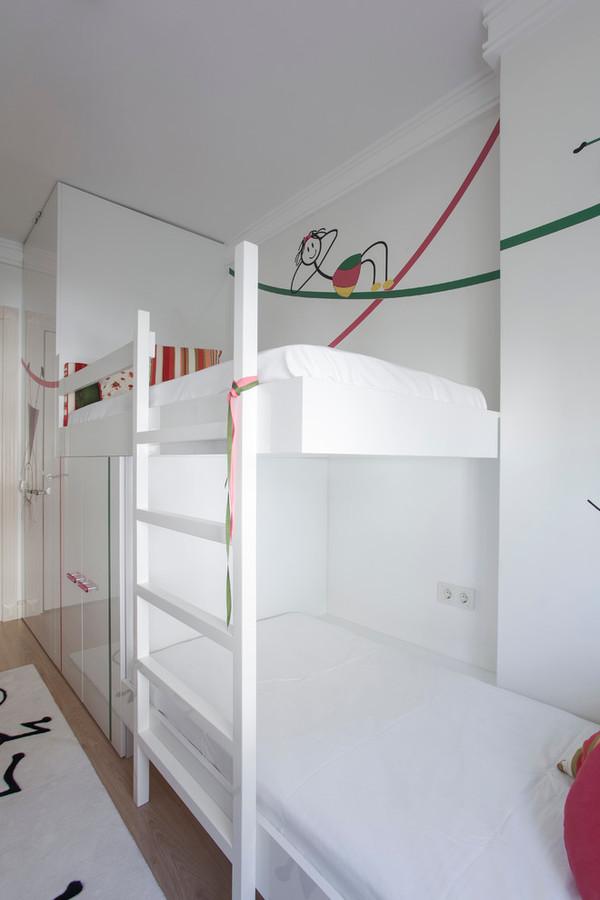 Cette chambre à coucher pour deux filles est couverte dans des ...