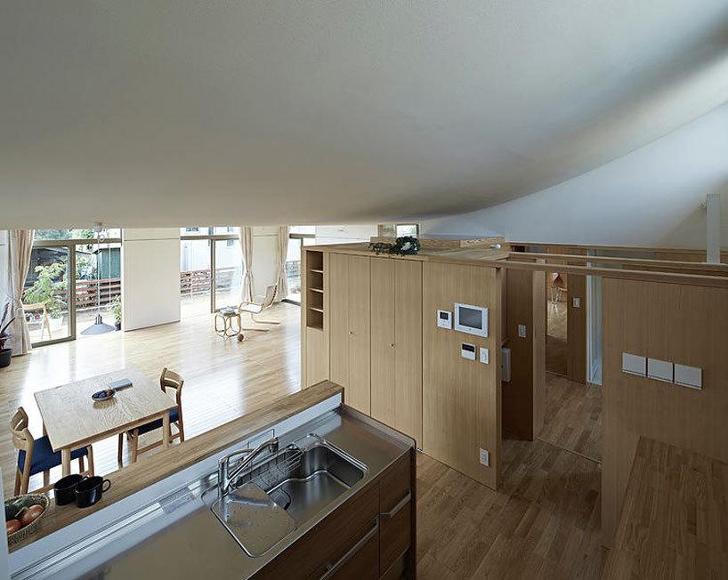La maison de Komagata par iiyama de chisato soutient le toit de ...