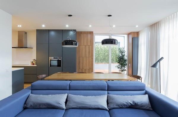 Deux maisons modernes avec des salles pour de petits enfants avec des plans d