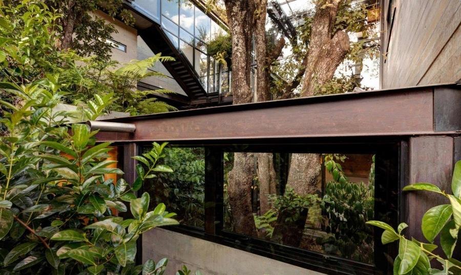 La maison renversante dans les arbres montre que la conception moderne peut vivre en harmonie avec
