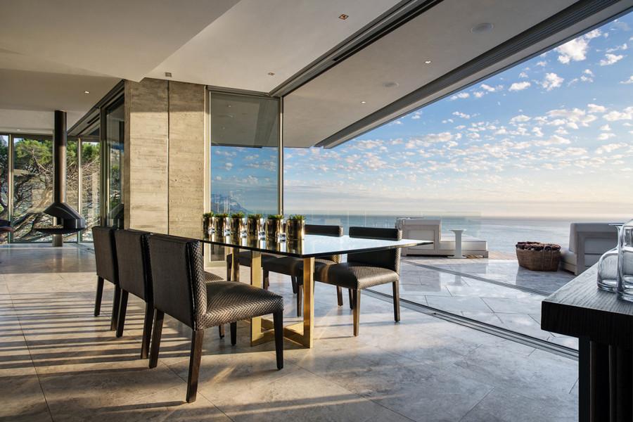 La maison renversante était perché sur une pente avec des vues de locéan atlantique