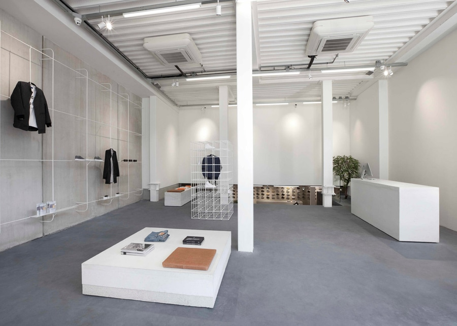 http://img.archiexpo.fr/images_ae/projects/images-g/studio-jos-van-dijk-cree-interieur-concret-minimal-magasin-etq-amsterdam-11038-9449962.jpg