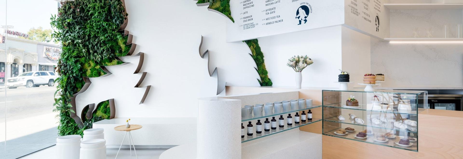Des 11 pieds Sasquatch entouré par un mur vert accueillent des clients à ce café