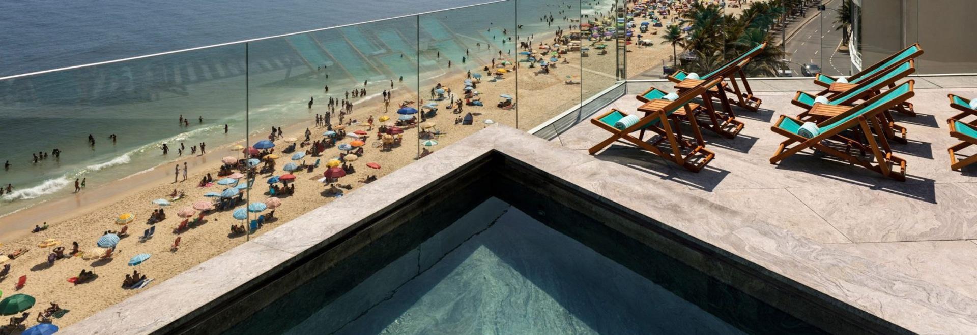 Bernardes Arquitetura rénove l'hôtel près de la plage Arpoador de Rio