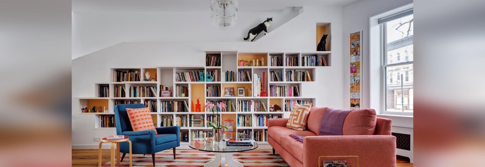 une bibliothèque intégrée conçue pour des lignes de chats un mur