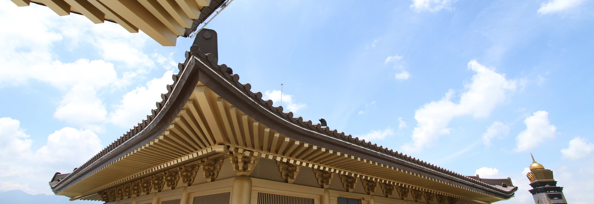 brun et or de Rainbow® d'elZinc pour la toiture et le revêtement du musée du monastère.