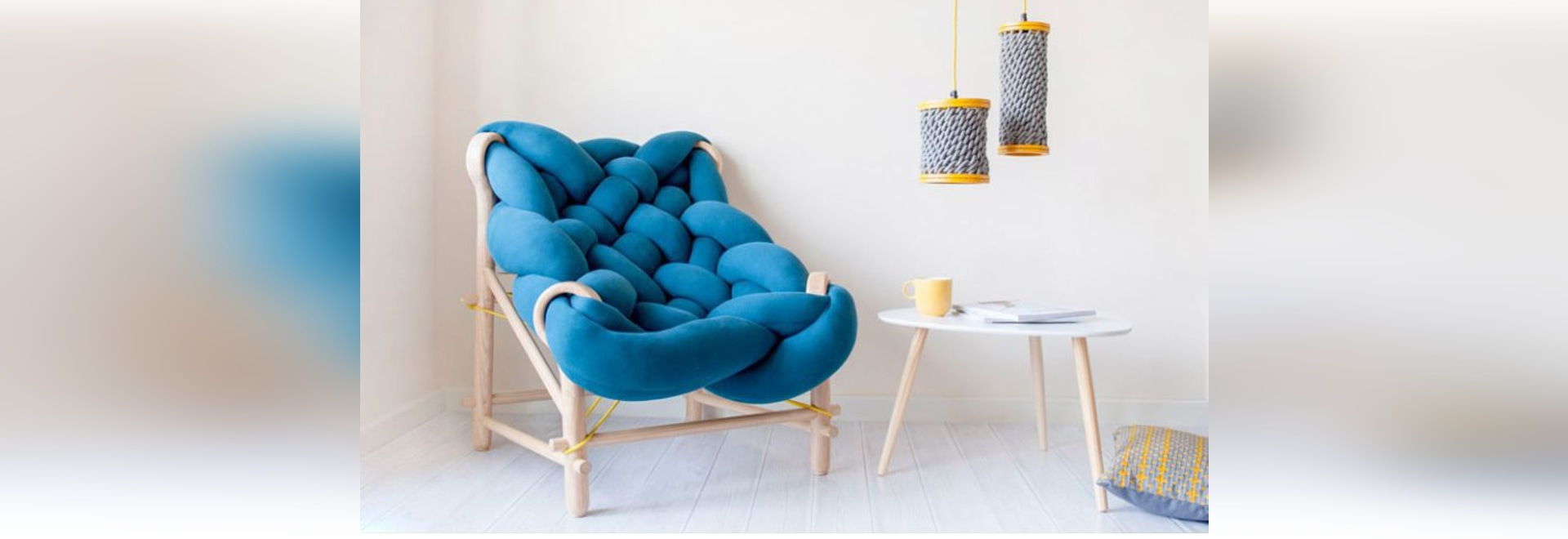 Cette collection de meubles se sert de diverses techniques de tricotage et de tissage