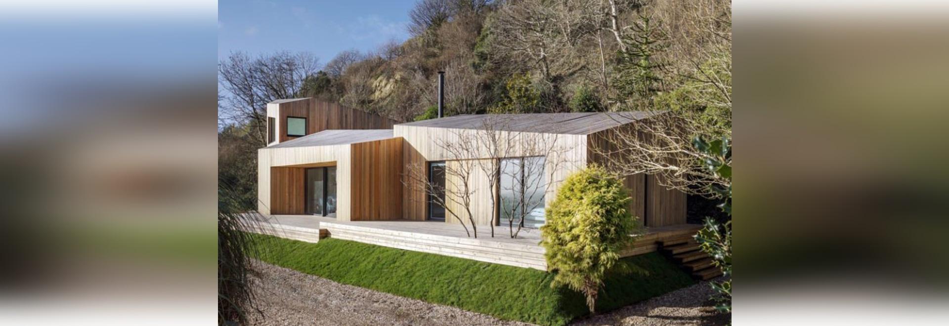Couvertures de voie de garage en bois verticales cette maison de vacances contemporaine en Angleterre
