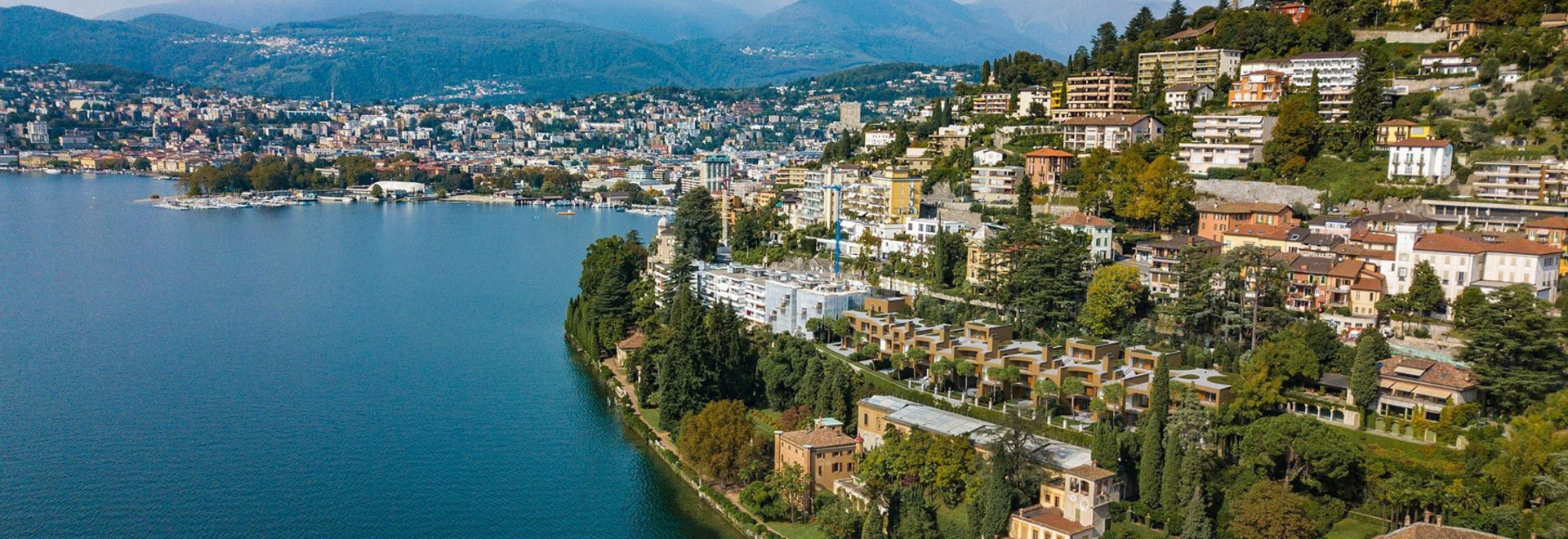 le herzog et le de meuron construit huit villas sur les banques inclinées du lac Lugano