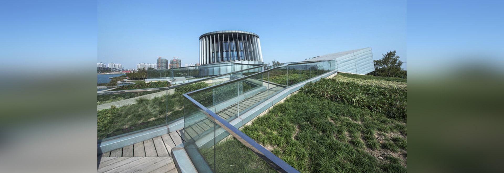 le jardin de toit voûté couvre le restaurant de bord de mer par des