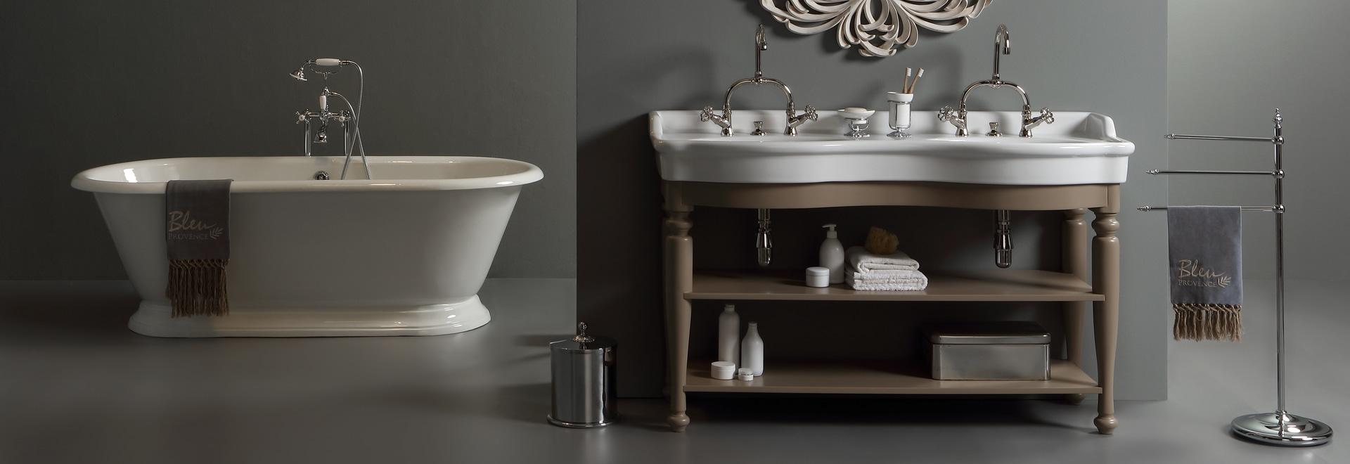 Lavabo double rétro sur meuble en bois