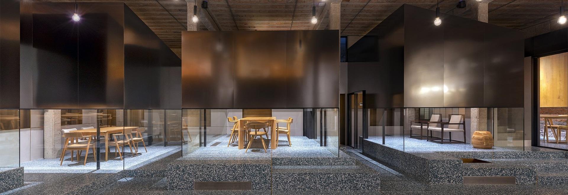 le linehouse empile des salons de thé d'acier inoxydable sur le sol de mosaïque vert à Changhaï