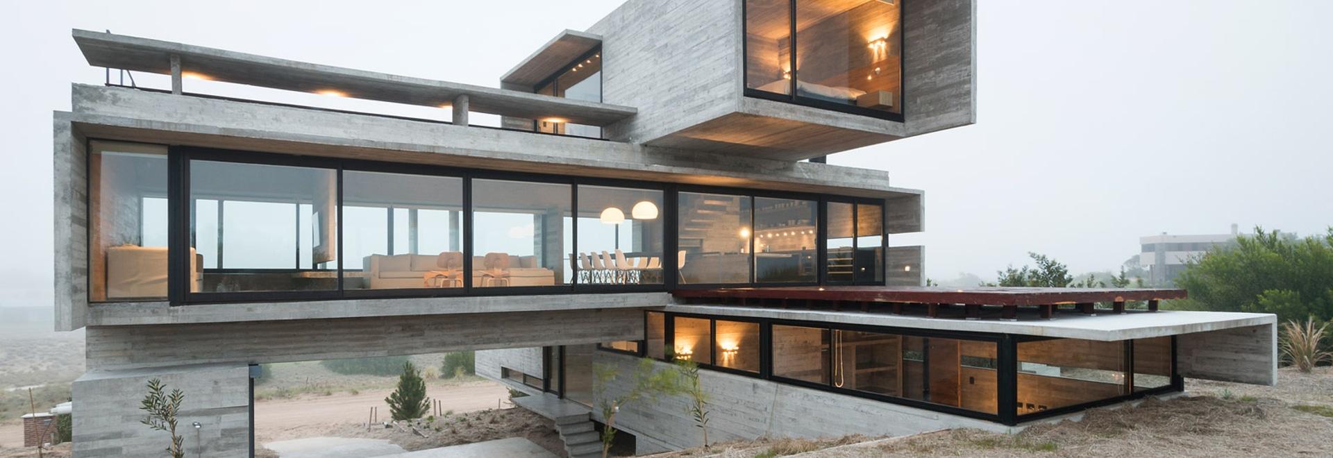 la maison en béton Panneau-marquée par Luciano Kruk se tient sur un terrain de golf de bord de la mer