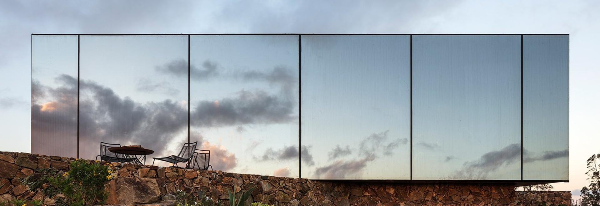 MAPA disperse les cabines personnelles d'hôtel à travers les vignobles de sacromonte de l'Uruguay