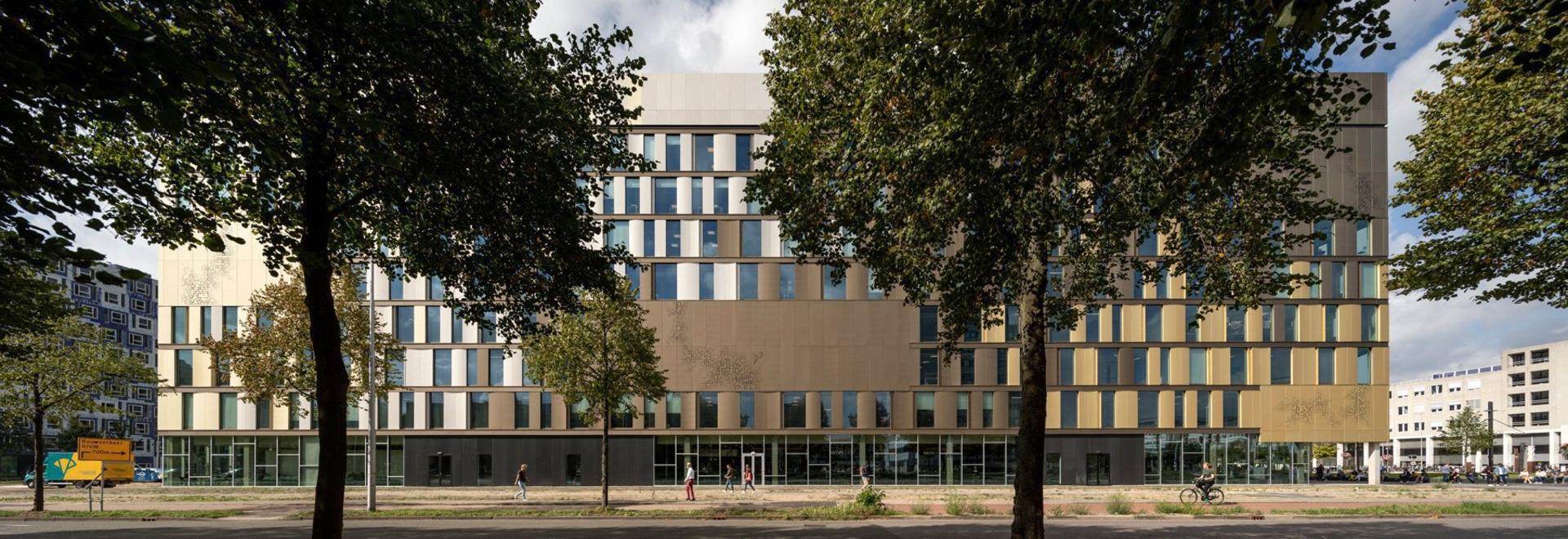 le marteau Lassen de Schmidt relie les équipements de l'université néerlandaise aux escaliers de entrecroisement
