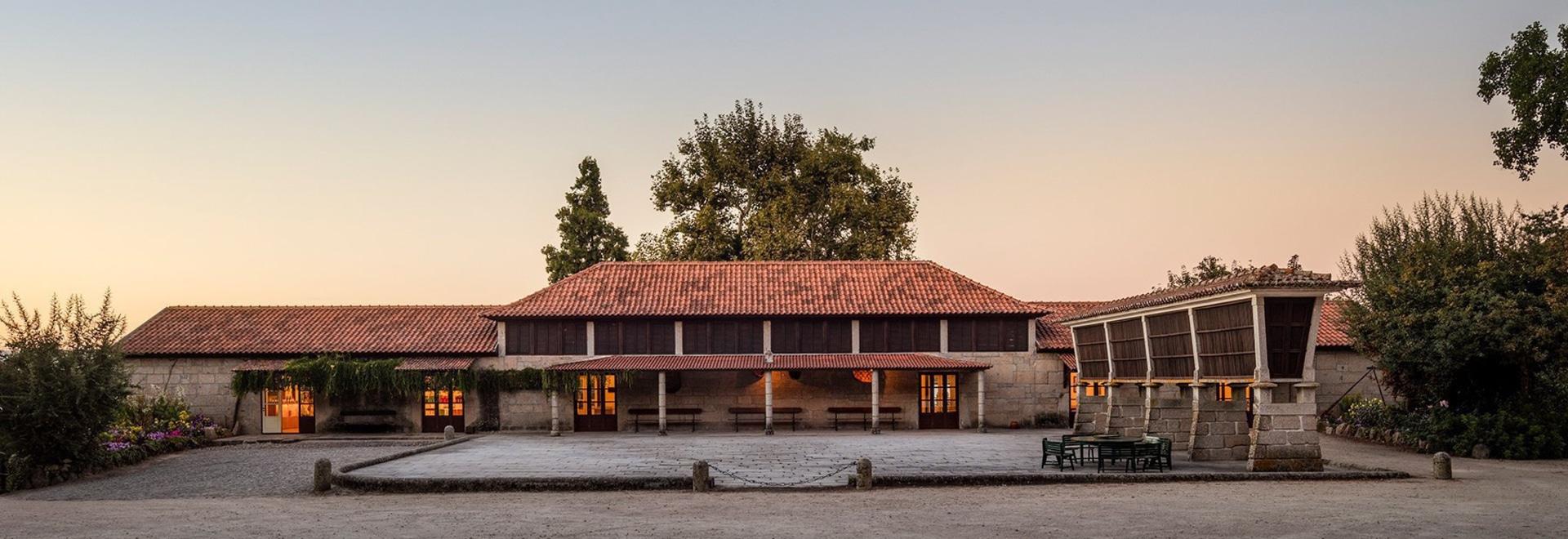 le studio aguiar de Diogo convertit la grange hors d'usage en établissement vinicole au Portugal du nord pastoral