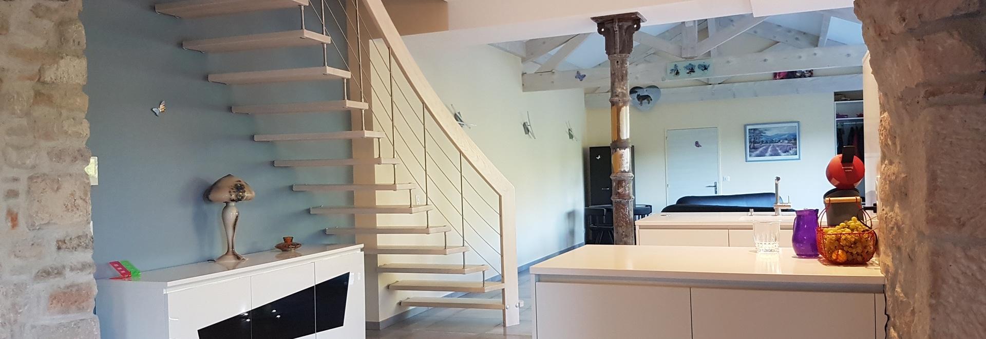 Un escalier suspendu en bois massif transforme votre maison et la ...