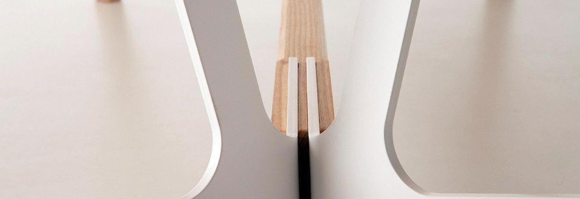 Table supérieure de conception avec une barre de repose-pieds, conception Alfredo Haberli