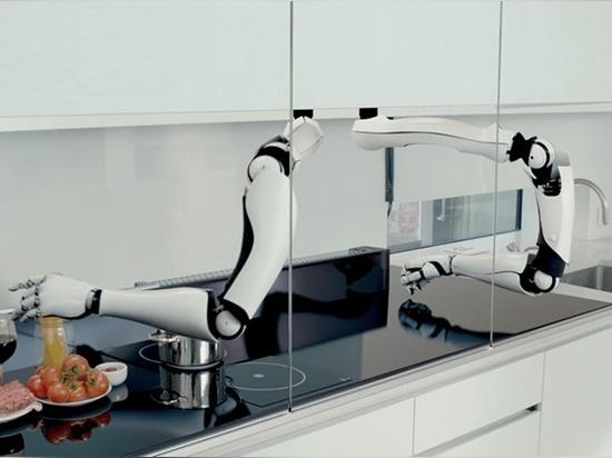 les deux bras robotiques courent un long la longueur entière du compteur de cuisine