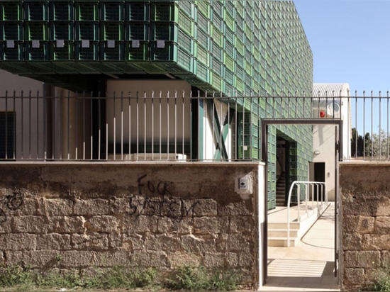 Les centaines de caisses oranges repurposed composent la façade heurtante en Italie