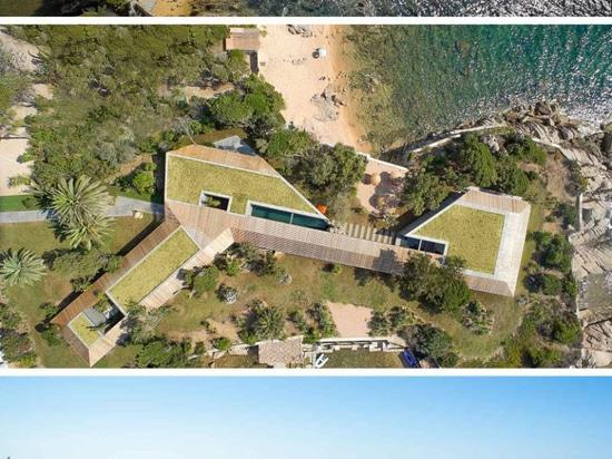 Cette maison méditerranéenne moderne permet à la brise d'océan de passer droit par elle