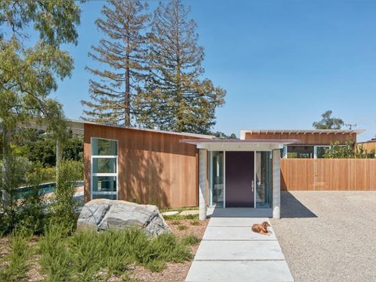 Cette maison moderne plaquée et inclinée en bois de toit a été conçue pendant la vie dans Silicon Valley de la Californie