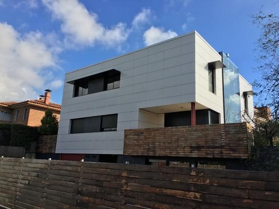 Villa avec les façades aérées dans la tuile de porcelaine