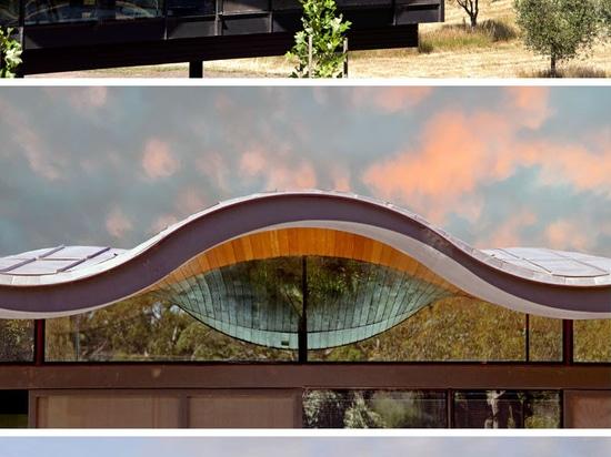 Un toit onduleux de flottement se repose au-dessus de cette Chambre australienne