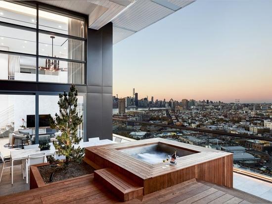Ce balcon avec des vues de Brooklyn a été conçu pour le divertissement extérieur