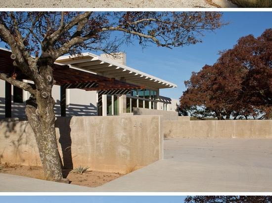 Cette Chambre moderne en arbres de Texas Is Surrounded By Oak