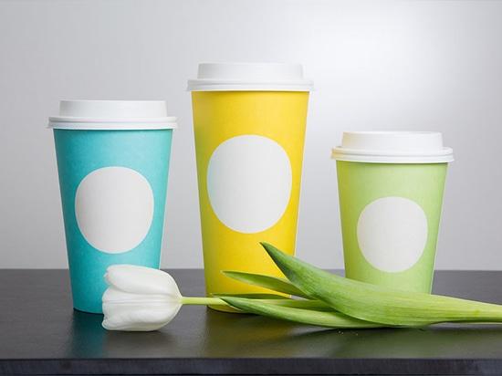 Starbucks dévoile de nouvelles tasses Ressort-orientées dans trois couleurs d'amusement