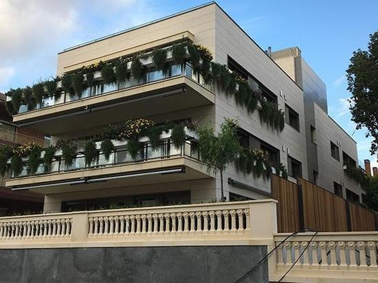 Bâtiment résidentiel avec le carrelage de marbre