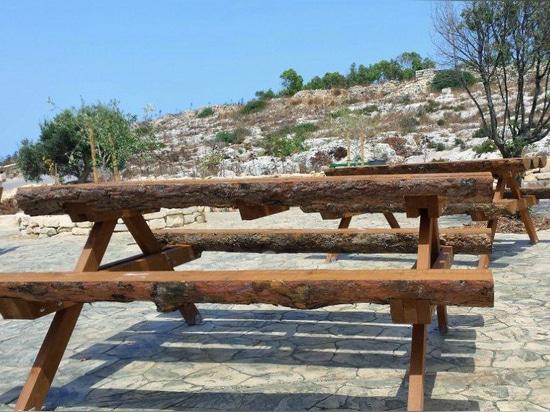 Les groupes de bancs et la table ont fait en bois à Malte