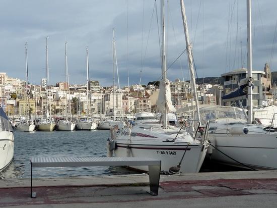 Benchs urbains dans le port