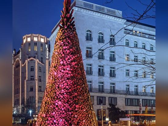 Bonjour le bois construit l'arbre de Noël de Budapest de 5000 morceaux de bois de chauffage