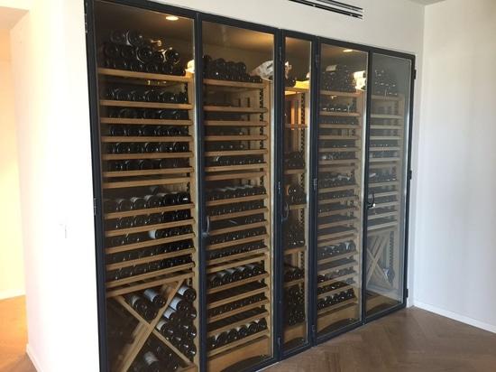 Un mur dédié au stockage du vin chez un particulier
