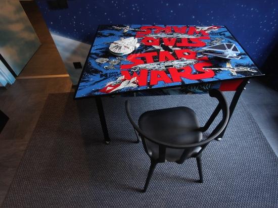 Une vieille armoire de flipper de Star Wars a une nouvelle vie du côté en noir.