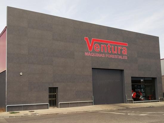 Réadaptation du bâtiment industriel avec les façades aérées