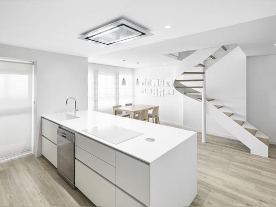 Magnifique cuisine réalisée en KRION® et conçue par le cabinet Aurea Arquitectos