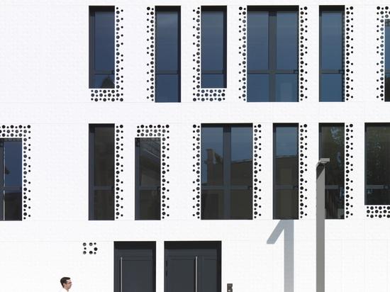 Le cabinet Reichen & Robert & Associes conçoit l'originale façade du bâtiment Docteur Pierre avec KRION
