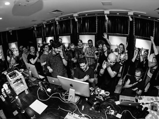 FLAGCX (toutes les personnes ensemble). Photo par Victor Nomoto, je déteste instantané