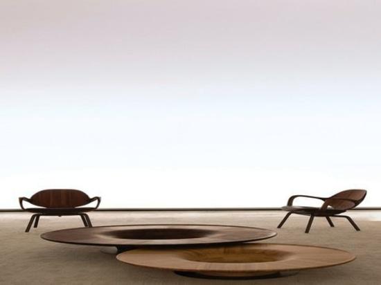Chaise et table plaquées de torsion par Jader Almeida et construit par SOLLOS
