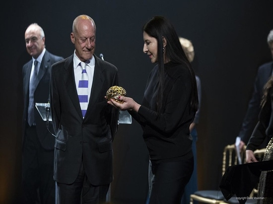 La récompense de Scopus pour Norman Foster, conçue par l'artiste Marina Ambramovic de représentation