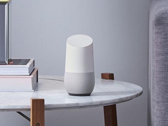 «Maison de Google : un haut-parleur à prendre finalement l'écho d'Amazone» par l'intermédiaire de The Verge.