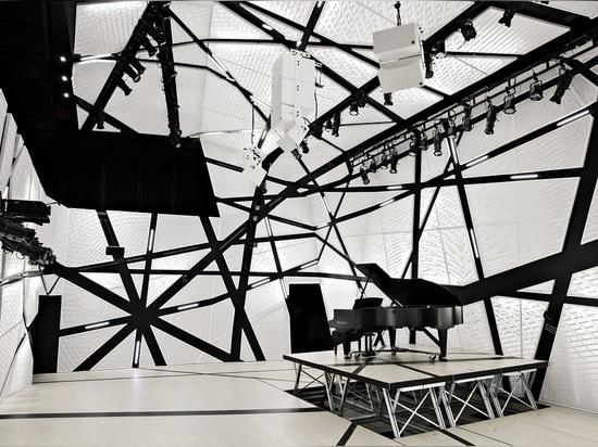 La draperie noire et blanche «massive» de velours entourent le lieu de rendez-vous de la musique de Brooklyn, sciure nationale, créant «une enveloppe acoustique».