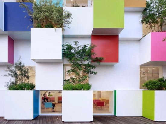 Les boîtes et les usines colorées couvrent la plus défunte banque de Sugamo Shinkin par Emmanuelle Moureaux