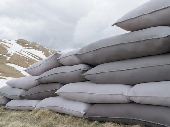 Smarin empile des coussins pour créer l'allocation des places qui des ressembler aux défenses militaires