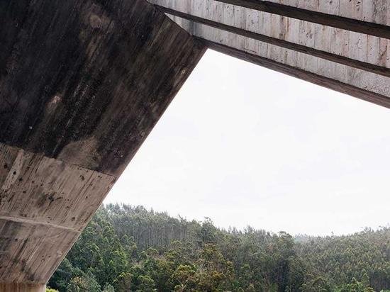 les gerales de Pedro conçoit un bâtiment d'observation et de contrôle de barrage en béton au Portugal