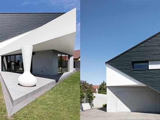la maison triangulaire des architekt de réforme en Pologne adapte parfaitement l'environnement environnant